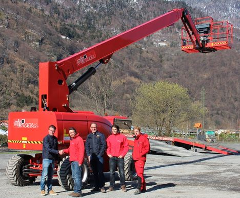 The handover of the new battery electric JLG 860SJ in Airnace colours